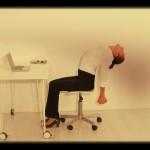 Liberta-te da tensão e dores no corpo, com esta sequência simples de posturas de yoga no trabalho que podes executar facilmente.