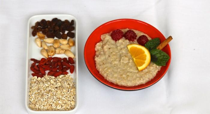 Começa bem o dia! O Porridge de aveia (ou outros cereais) é saboroso, reconfortante, mantém os teus níveis de energia constantes e aquece-te nas manhãs frias.